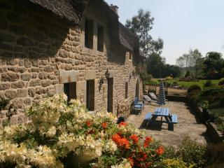 Le Helleguy - Two 'Child Friendly' Breton cottages with Heated Swimming Pool, Quistinic