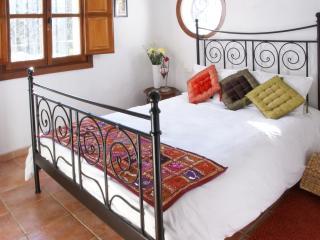 Dormitorio principal con cama de matrimonio y armario