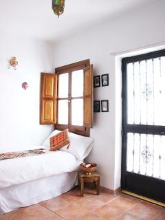Dormitorio 2 con dos camas individuales y armario