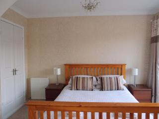 King bedroom with en-suite and doors to deck and pool