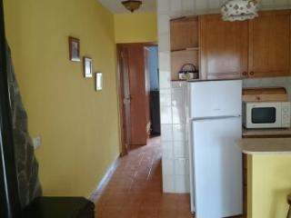 Aqui esta una parte de la cocina y el pasillo para llegar a la habitacion.Todo con mucha iluminacion