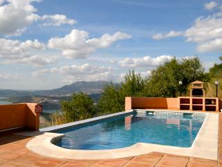 Restored spacious  farmhouse and stables sleeps 13, Iznájar