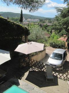 Vue plongeante sur terrasse et parking