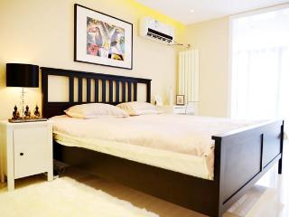 city center 5min walk to Metro 2bdr apt up 4guests, Pekín (Beijing)