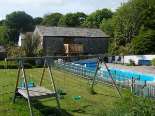 Siblyback Cottage luxury cottage,heated pool, Parking,close beaches,Dog friendly