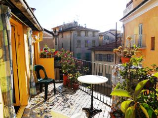 Sunny romantic studio with a large terrace, Niza