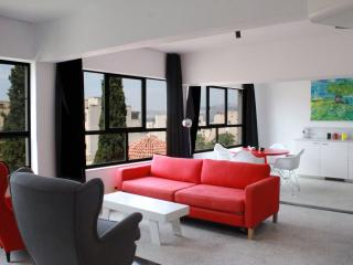 Artistic apt, great views, sleeps 4, Atenas