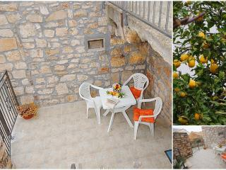 Studio Limoncello in Vis centre with terrace, Island of Vis