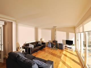 Elie Cottage - Open plan sun lounge with full width sliding doors onto the garden