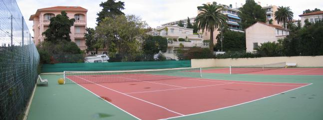 2 Tennis courts in extensive grounds (7 acres)
