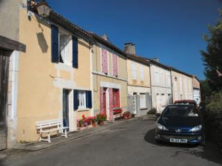 Le Bourg, Salles-Lavalette