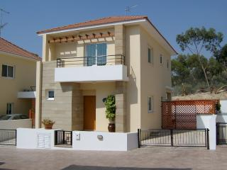 Villa Avrio, Oroklini, Private Pool (not overlooked), open views, BBQ,Free Wi-Fi