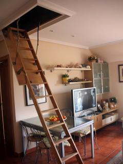 Escalera de acceso al dormitorio abuhardillado  situado en el bajo-cubierta