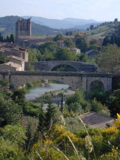 Lagrasse au coeur des Corbières, près des sites cathares. Restaurants et commerces dans le village.