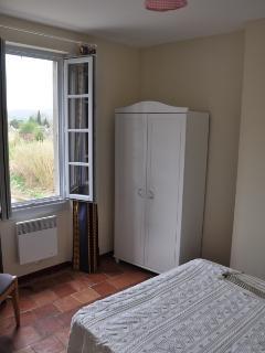 Au premier, une chambre avec un lit en 140