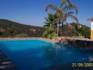Vivienda rural para parejas y grupos con piscina, Cortegana