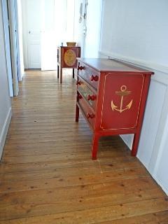 Dans le couloir, meubles peints, motifs marine