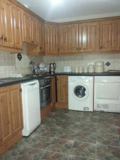 Kitchen: Fully Fitted Appliacnce - cooker, fridge, microwave, washing machine/dryer and diswasher