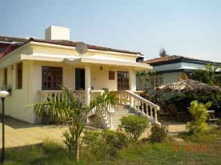 Luxury Detached 2 Bedroom 2 Bathroom Poolside Beach Bungalow with private Patio