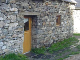 Façade sud en pierres, toit ardoise à clous