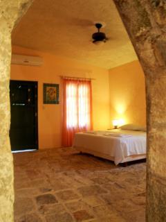 Schlafzimmer mit king size Bett, Klimaanlage und Ventilator