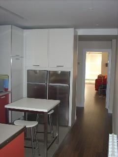 Cocina - Vista a salón y entrada apartamento