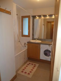 Bathroom with washing machine / dryer