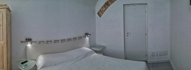 Arch double room (ground floor) with private bathroom A/C, Tv led, window