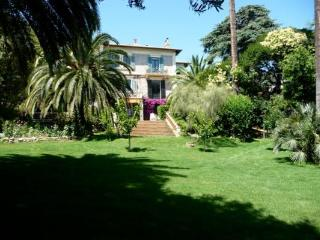 Five bedroom apartment in Cannes walking distance to Croisette and beach. Pool