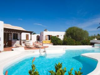 Casa Annabella with wifi heated pool hot tub, Puerto del Carmen