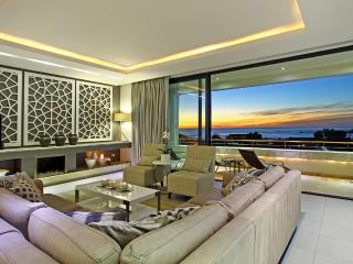 Spacious Luxury Camps Bay Villa - Geneva Gem