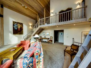 Lovely home with mountain views, private hot tub, close ski access, deck!
