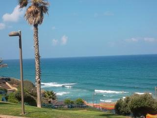 A Peaceful Getaway, Kikar & Beach !