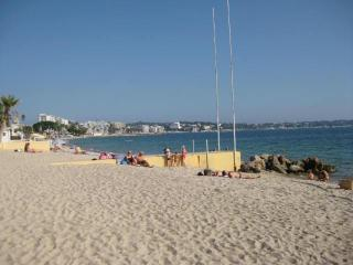Fabulous Antibes holiday apartment near the beach, town , sea view,sleeps 6