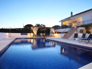 luxury cottage Os Pinheiros in  GUIA with private pool
