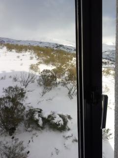 Vistas desde la ventana del estudio a las montañas de San Isidro en invierno.