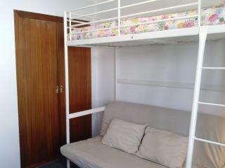 Interior del estudio, sofa cama más litera con armario empotrado.