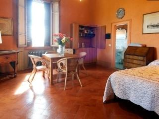 Romantic Villa studio. Wifi,parking,balcony, car not necessary, bus to Florence