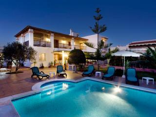 Villa Amador, near Playa den Bossa! Pool & Wifi!, Ibiza (cidade)