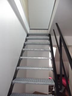 Escalier métal montant à la chambre