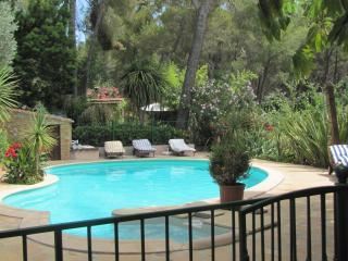 piscine vue depuis le cigalon lieu de convivialité et de détente avec bains de soleil