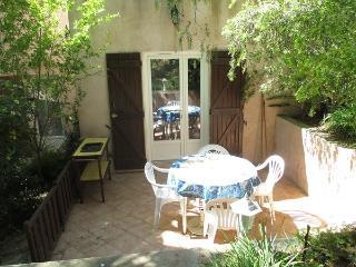 terrasse avec salon de jardin et son nid de verdure