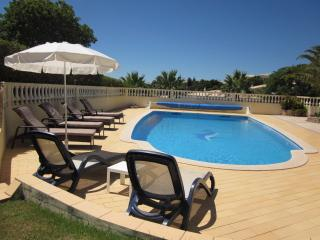 PARQUE DA FLORESTA VILLA WITH LARGE HEATED SOUTHFACING POOL- CASA LEO