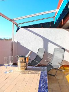 Enjoy the fab Valencia sunshine one a sun lounger on our terrace, ideal for relaxing with a drink