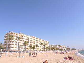 Spacious 3 bedroom seafront apartment with large terrace, full aircon, parking