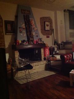 Area salotto/TV-lettura con camino.