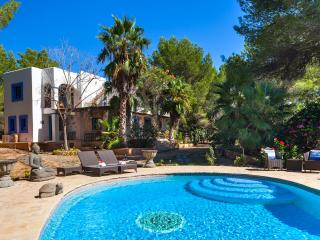 Villa Lola, near Playa d'en Bossa and Ibiza Town! Private Pool, Wifi and Aircon., Sant Josep de Sa Talaia