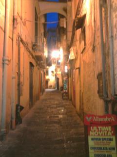 il vicolo San Bonosio di sera