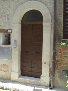 Portoncino esterno su via Mazzini