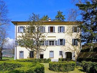 Masotti, Tuscan 18th century villa with pool. Up to 16 persons in 7 bedrooms!